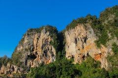 Τοίχος απότομων βράχων βράχου ασβεστόλιθων σε Krabi, κόλπος AO Nang, Railei και την παραλία Ταϊλάνδη Tonsai Στοκ Εικόνες