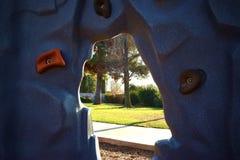 Τοίχος βράχου διασκέδασης σε ένα πάρκο που θέτει έξω με τα δέντρα και το φύλλωμα που περιβάλλουν το Στοκ Εικόνα