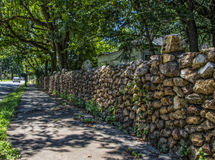 Τοίχος βράχου κατά μήκος μιας οδού πόλεων Στοκ φωτογραφία με δικαίωμα ελεύθερης χρήσης