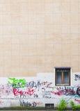 Τοίχος γκράφιτι με το παράθυρο Στοκ Φωτογραφίες