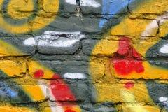 τοίχος γκράφιτι τούβλων Στοκ φωτογραφία με δικαίωμα ελεύθερης χρήσης