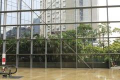 τοίχος γυαλιού, πλαίσιο χάλυβα και μαρμάρινο πάτωμα στη σύγχρονη αίθουσα κτιρίου γραφείων τοίχος παραθύρων, λόμπι στο διάστημα γρ Στοκ εικόνα με δικαίωμα ελεύθερης χρήσης