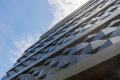 Τοίχος ενός κτηρίου ανακούφισης στην πόλη ενάντια στον ουρανό Στοκ φωτογραφία με δικαίωμα ελεύθερης χρήσης