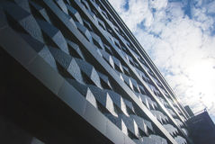 Τοίχος ενός κτηρίου ανακούφισης στην πόλη ενάντια στον ουρανό Στοκ εικόνες με δικαίωμα ελεύθερης χρήσης