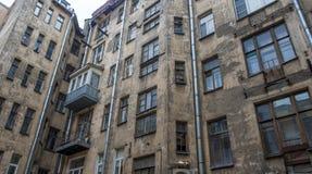 Τοίχος ενός παλαιού σπιτιού στο κέντρο πόλεων από την πλευρά Petrograd Στοκ εικόνα με δικαίωμα ελεύθερης χρήσης