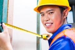 Τοίχος ελέγχου οικοδόμων ή εργαζομένων στο εργοτάξιο οικοδομής Στοκ φωτογραφίες με δικαίωμα ελεύθερης χρήσης
