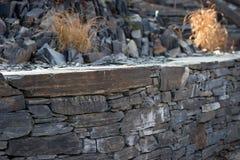Τοίχος κήπων από τις επίπεδες πέτρες Στοκ φωτογραφία με δικαίωμα ελεύθερης χρήσης
