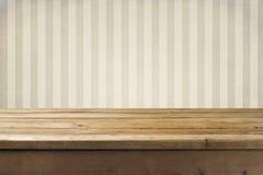Τοίχος και ξύλινο tabletop Στοκ εικόνα με δικαίωμα ελεύθερης χρήσης