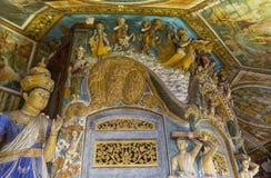 Τοίχος και οροφή στο βουδιστικό ναό που διακοσμείται με τα αρχαία αγάλματα στοκ φωτογραφία