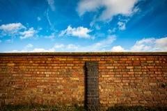 Τοίχος και ουρανός αυλών Στοκ Εικόνα
