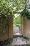 Τοίχος και πύλη κήπων Στοκ φωτογραφίες με δικαίωμα ελεύθερης χρήσης