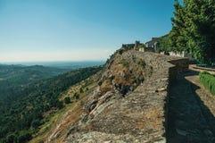 Τοίχος και πύργος του Castle πέρα από τη δύσκολη κορυφογραμμή σε Marvao στοκ φωτογραφία