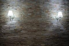 Τοίχος κεραμιδιών τούβλου πετρών βράχου ηλικίας με το λαμπτήρα Στοκ φωτογραφία με δικαίωμα ελεύθερης χρήσης