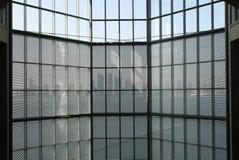 Τοίχος κουρτινών γυαλιού και ορίζοντας του Κατάρ από μέσα από το μουσείο του Κατάρ Στοκ Εικόνες