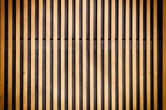 Τοίχος λεπτά ξύλινα slats Κάθετα παράλληλα πιάτα Υπόβαθρο με το σύντομο χρονογράφημα Στοκ φωτογραφία με δικαίωμα ελεύθερης χρήσης