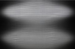 Τοίχος μετάλλων με τις αόρατες πηγές φωτός που φωτίζουν το midd Στοκ Εικόνες