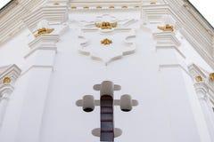 Τοίχος με ένα διαγώνιο παράθυρο Στοκ Φωτογραφίες