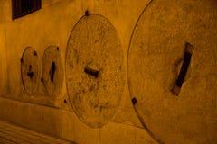 Τοίχος με ενσωματωμένα σκληρά millstones Στοκ εικόνες με δικαίωμα ελεύθερης χρήσης