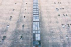 Τοίχος με τα μικρά παράθυρα Στοκ φωτογραφία με δικαίωμα ελεύθερης χρήσης