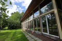 Τοίχος με τα πανοραμικά παράθυρα Στοκ Εικόνες