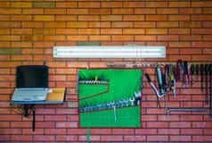 Τοίχος με τα όργανα και lap-top στο εργαστήριο Στοκ εικόνες με δικαίωμα ελεύθερης χρήσης