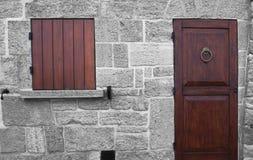 Τοίχος με την πόρτα και το παράθυρο Στοκ φωτογραφίες με δικαίωμα ελεύθερης χρήσης