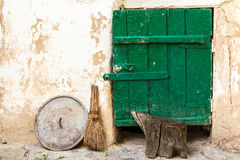 Τοίχος με την πόρτα της παλαιάς αγροτικής σιταποθήκης Στοκ Εικόνες