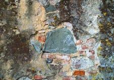 Τοίχος με το ασβεστοκονίαμα που ραγίζεται και που φοριέται από το χρόνο και την παραμέληση Στοκ Φωτογραφία