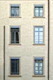 Τοίχος με το παράθυρο και ένα trompe-l'oeil στοκ εικόνα με δικαίωμα ελεύθερης χρήσης