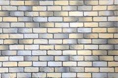Τοίχος με το τούβλο σοφιτών που αντιμετωπίζει κίτρινος, άσπρος και γκρίζος στοκ εικόνες με δικαίωμα ελεύθερης χρήσης