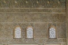 Τοίχος με Arabesque Alhambra στο παλάτι, Γρανάδα Στοκ φωτογραφία με δικαίωμα ελεύθερης χρήσης