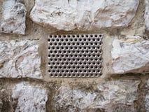 τοίχος πετρών με το πλέγμα Στοκ Φωτογραφία