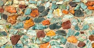 Τοίχος πετρών σύστασης υποβάθρου των πολύχρωμων πετρών Στοκ φωτογραφίες με δικαίωμα ελεύθερης χρήσης