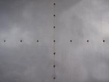 Τοίχος πιάτων αργιλίου με καρφιά Στοκ φωτογραφίες με δικαίωμα ελεύθερης χρήσης