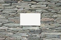 Τοίχος πλακών και κενό άσπρο υπόβαθρο σημαδιών εμβλημάτων στοκ φωτογραφία