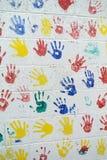 Τοίχος που διακοσμείται με το χρωματισμένο δακτυλικό αποτύπωμα Στοκ φωτογραφίες με δικαίωμα ελεύθερης χρήσης