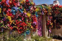 Τοίχος που διακοσμείται με τα πλαστά λουλούδια Στοκ εικόνα με δικαίωμα ελεύθερης χρήσης