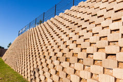 Τοίχος που διατηρεί τους φραγμούς Στοκ φωτογραφίες με δικαίωμα ελεύθερης χρήσης
