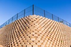 Τοίχος που διατηρεί τους φραγμούς Στοκ Φωτογραφίες