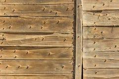 Τοίχος που καλύπτεται με τις παλαιές σανίδες στοκ εικόνα με δικαίωμα ελεύθερης χρήσης