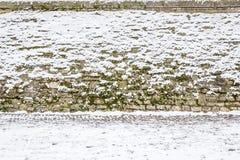 Τοίχος που καλύπτεται πέτρινος με το χιόνι Στοκ φωτογραφία με δικαίωμα ελεύθερης χρήσης