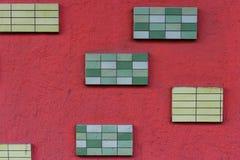 Τοίχος που κολλιέται με τα πράσινα κεραμίδια Στοκ εικόνα με δικαίωμα ελεύθερης χρήσης