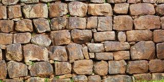 Τοίχος που συγκεντρώνεται από μια κατά προσέγγιση επεξεργασμένη φυσική πέτρα στοκ φωτογραφίες με δικαίωμα ελεύθερης χρήσης