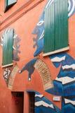 Τοίχος που χρωματίζει την έχουσα το δικαίωμα γυναίκα δύο που κουβεντιάζει το χωριό Itlay Dozza στοκ εικόνες