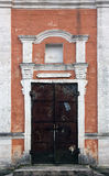 Τοίχος προσόψεων από τους φραγμούς τούβλου ασβεστόλιθων με το πλαίσιο πορτών με το iro Στοκ Φωτογραφίες