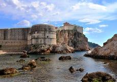 Τοίχος πόλεων Dubrovnik και όμορφοι απότομοι βράχοι Στοκ Εικόνες