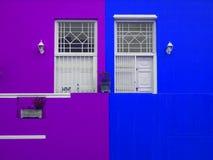 Τοίχος Πόρτες στο μπαλκόνι Φωτεινά χρώματα Πορφύρα και μπλε Στοκ φωτογραφία με δικαίωμα ελεύθερης χρήσης