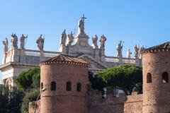 Τοίχος πόλεων και Archbasilica του ST John σε Lateran Στοκ Εικόνα