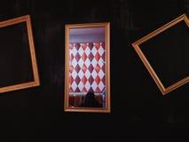 Τοίχος σε έναν καφέ και ένα κορίτσι στον καθρέφτη στοκ εικόνες