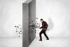 Τοίχος σπασιμάτων επιχειρηματιών του εμποδίου Επιχειρησιακή πρόκληση Conquerin στοκ φωτογραφία